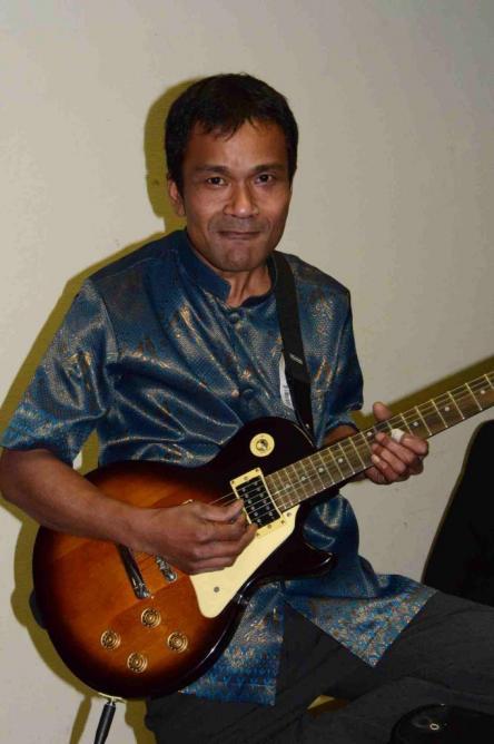 Dom à la guitare