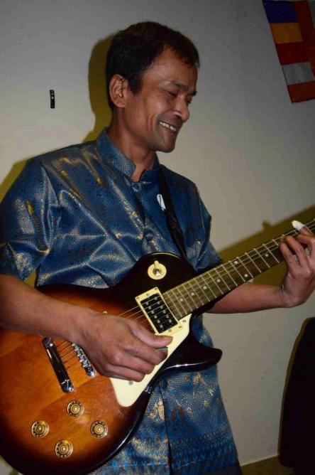 Dom à la guitare2