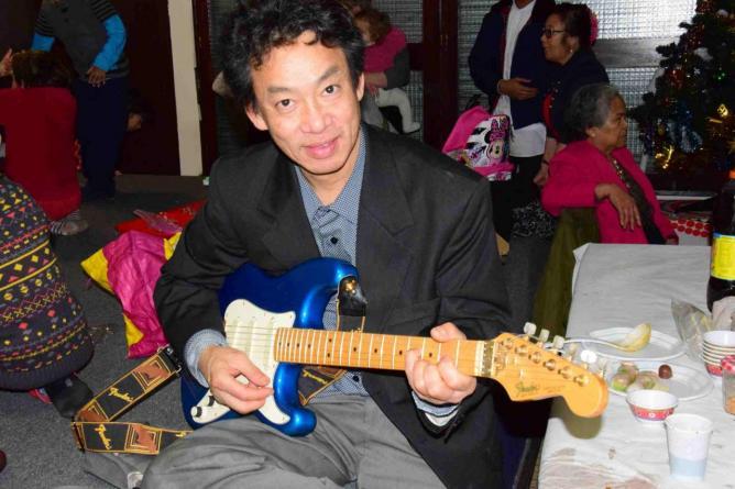 Sopha à la Guitare et au chant